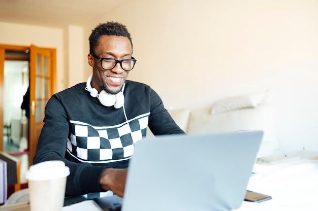 Человек дома с ноутбуком