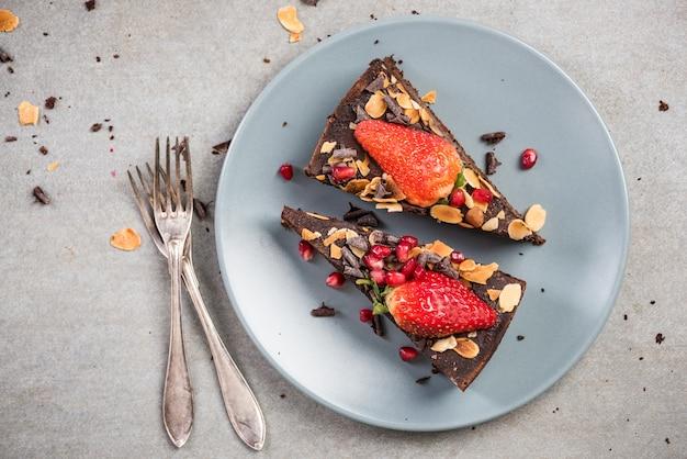 プレート上のチョコレートブラウニーケーキを提供