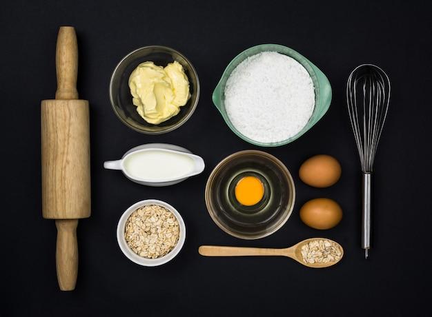 Пекарские инструменты на черном топе