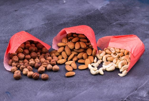 Орехи в бумажных пакетах крупным планом