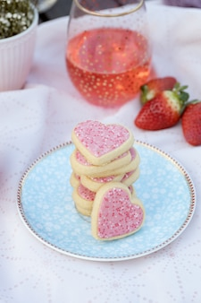 装飾されたプレートにピンクのハート型のクッキー