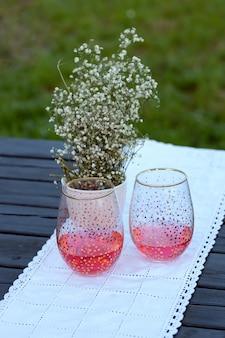 赤い飲み物とガラスのコップ