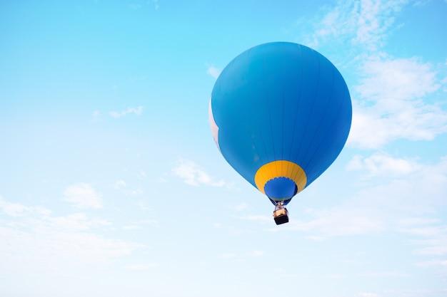 Воздушный шар летает на небе. путешествия и авиаперевозки