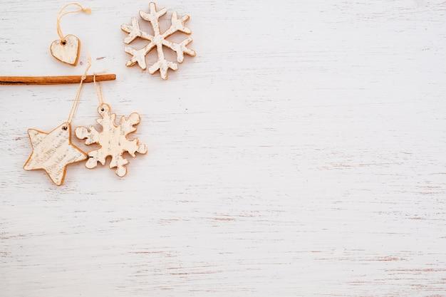 Сельский рождественские декоративные, рождественские украшения на фоне дерева.