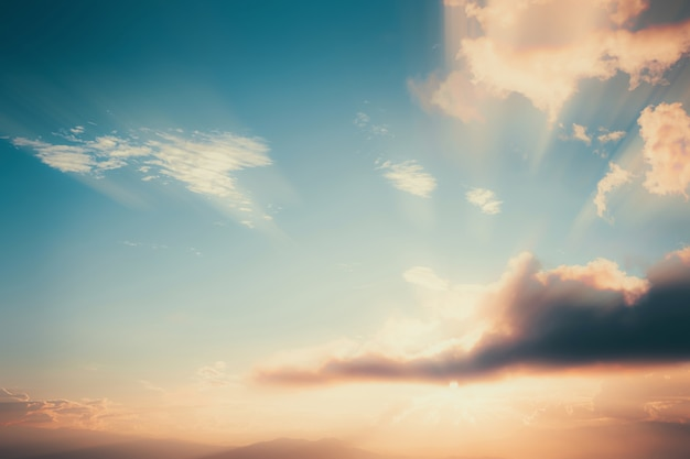 Старинный пейзаж на закате с облаком. природа фон