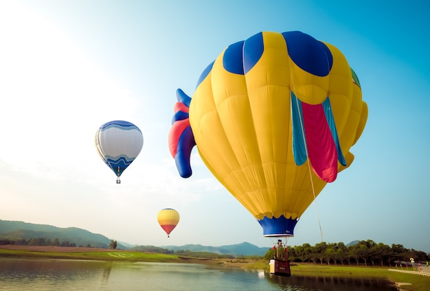Фэнтези воздушный шар летит на склоне холма. путешествия и концепция воздушного транспорта - воздушный шар карнавал в таиланде