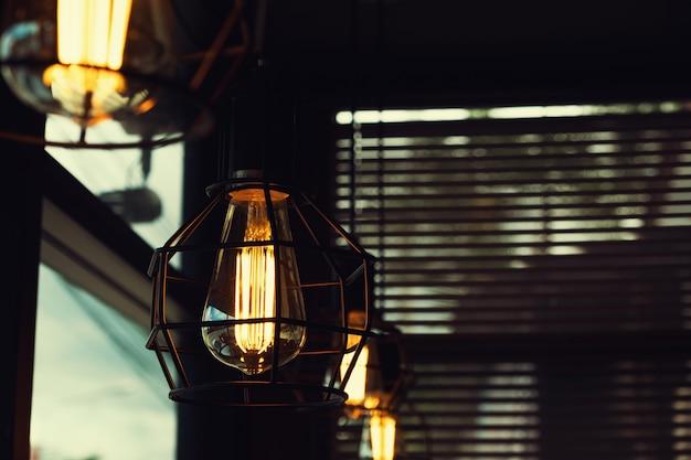 暗闇の中で輝く美しいヴィンテージ高級光ランプハンギングインテリア。レトロなフィルター効果のスタイル。