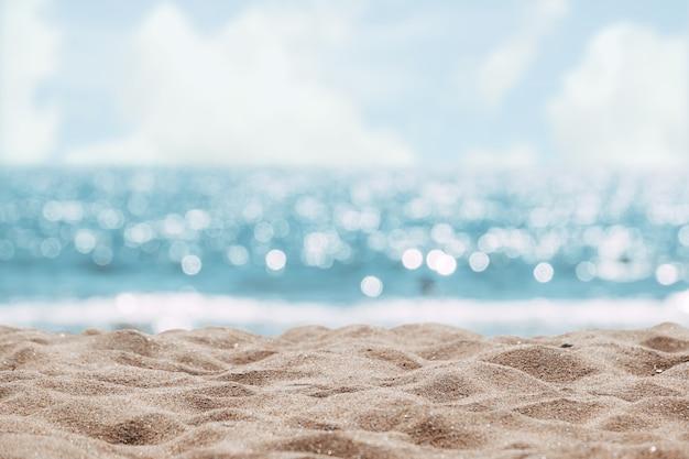 海の抽象的なビーチの背景。穏やかな海と空のボケ光をぼかします。