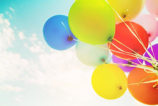 Красочные воздушные шары сделаны с эффектом ретро фильтра. концепция счастливого дня рождения летом и свадьбы, медового месяца. винтажный цветовой стиль