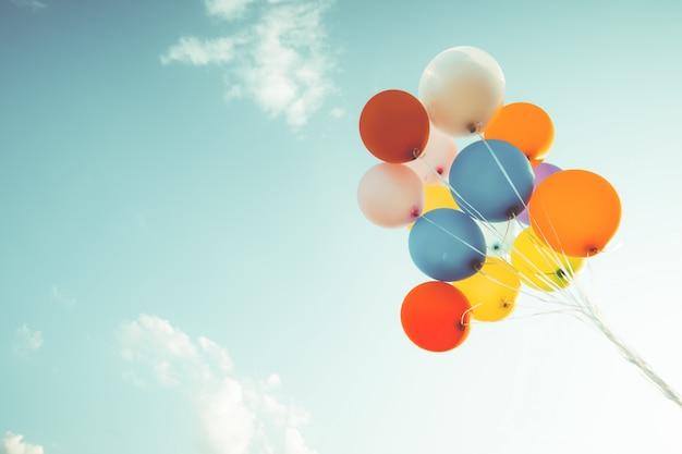 カラフルな風船夏のお誕生日おめでとうの概念。