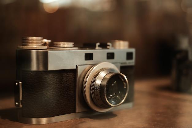 コレクタークラシックと古いフィルムカメラ。レトロな技術。ヴィンテージ色のトーン。