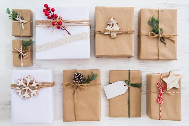 メリークリスマスと年末年始のタグを持つクリスマス素朴なプレゼントギフトボックスコレクション。上からの眺め。創造的なフラットレイアウトとトップビュー。