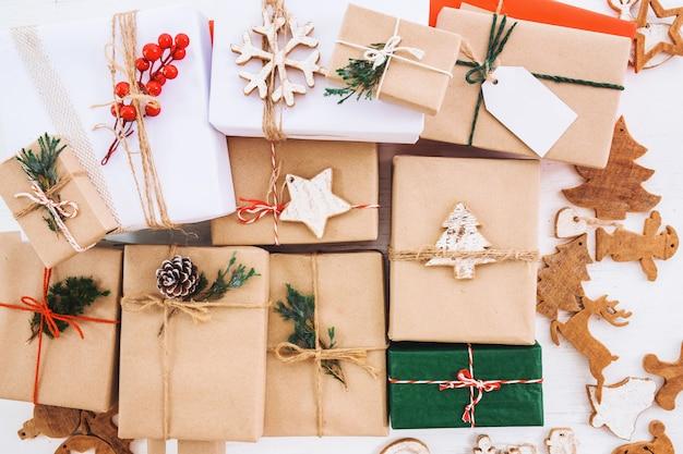 Рождественская деревенская коллекция подарочных коробок с тегом для веселого рождества и нового года. вид сверху. вид сверху.