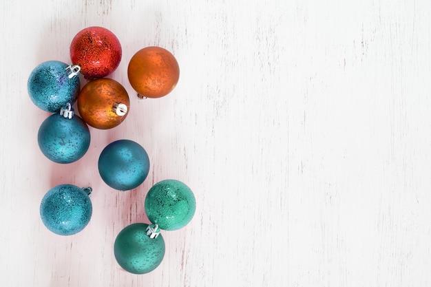 カラフルなボールのクリスマス飾り。クリスマスツリーの装飾的なビンテージボール。創造的なフラットレイアウトとトップビュー。