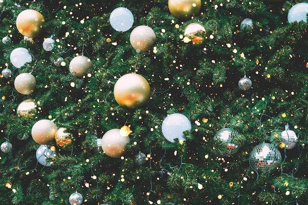 ゴールドボールの飾りと装飾、クリスマスと新年の休日の背景とビンテージのクリスマスツリー。