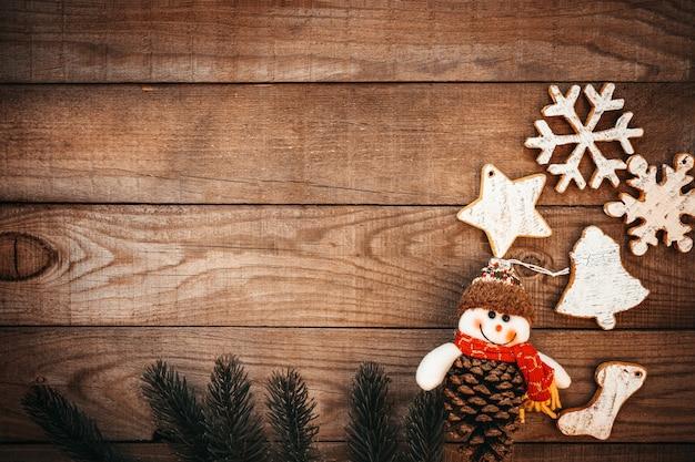 素朴なクリスマス背景、木のモミとクリスマス飾り