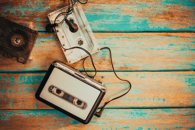 Винтажный кассетный плеер и аудио кассета. ретро мода