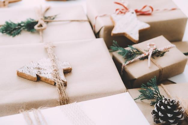 Рождественский подарок ручной работы с биркой к рождеству и новому году. деревенские ремесленные подарочные коробки. винтажный цветовой тон.