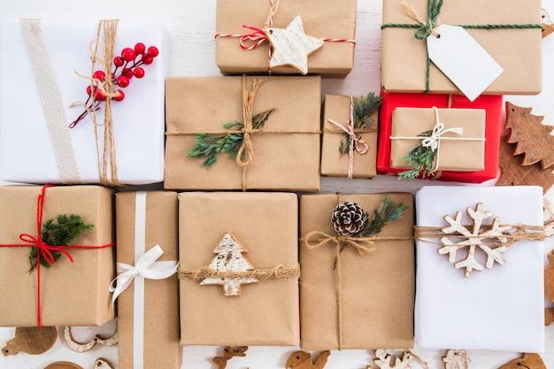 メリークリスマスと年末年始のタグを持つクリスマス素朴なプレゼントギフトボックスコレクション。上からの眺め。トップビューのコンポジションデザイン。