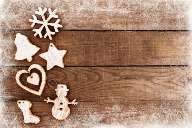 クリスマスの背景雪で古い白いウッドテクスチャ。トップビュー、ボーダーフレームデザイン。ヴィンテージと素朴なスタイル