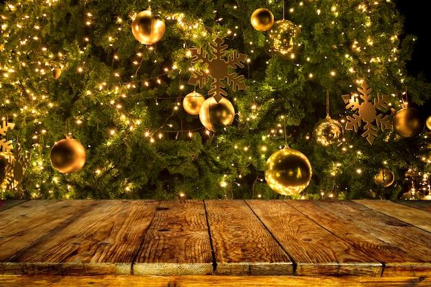 美しいクリスマスツリーと空の木製テーブルの上にライト。