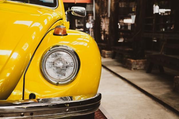 ガレージに駐車されているビンテージクラシックカーのヘッドライトランプ
