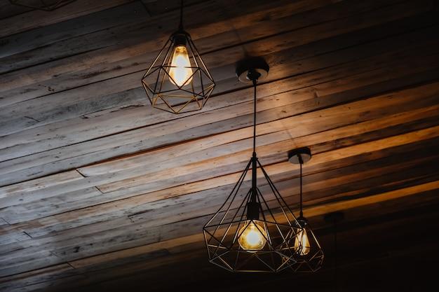 ロフトと素朴なスタイルのハウスインテリア。暗闇で光る美しいヴィンテージ高級電球吊り装飾。レトロなフィルター効果のスタイル。歴史と現代の融合。