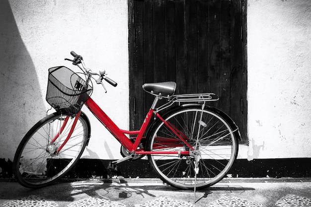 Черно-белая фотография красного велосипеда - стили эффектов фильтра зерна урожая