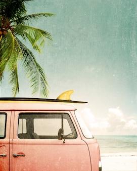 Старинный плакат - автомобиль, припаркованный на тропическом пляже (побережье) с доской для серфинга на крыше