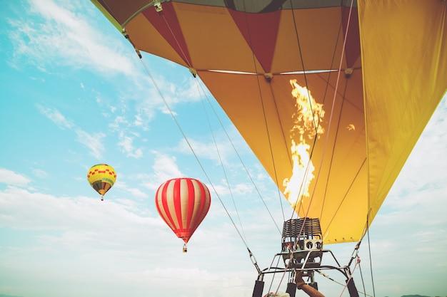Крупный план воздушных шаров с огненным голубым фоном неба, применяя ретро и старинные стили эффектов фильтра. воздушный шар карнавал в таиланде