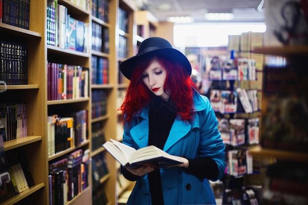 本屋の上の青いコートに赤い巻き毛の女性。