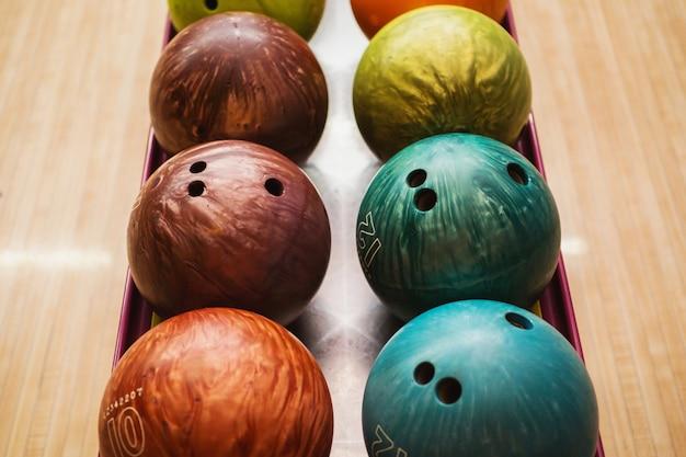 色付きのボウリングボール。友達とのゲームやエンターテイメント。スポーツ用品