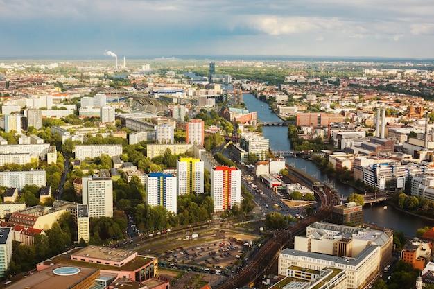ドイツへ旅行します。ベルリンの家並みと鳥瞰図を望む通りの眺め。曇り空。家の太陽からの光。住宅。メガポリス。ヨーロッパの都市