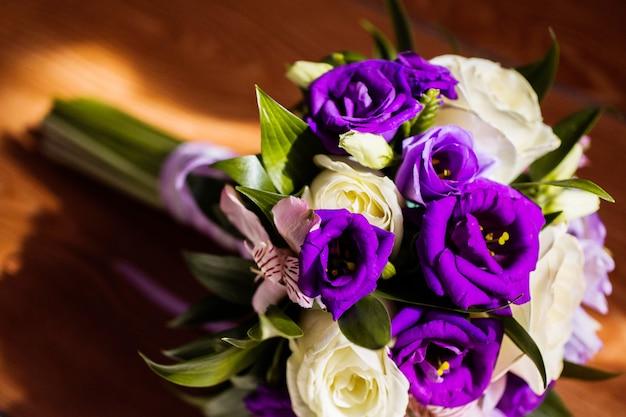 白と青の花のブライダルブーケ