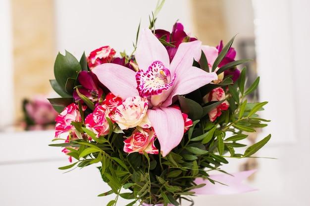結婚式の花、青と紫の赤とピンクの桃黄色のバラとブルーバイオレットパープルの蘭の花束のウェディングブーケ