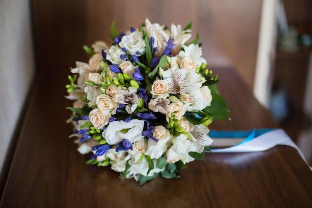 白と青の花、白、桃のバラのブライダルブーケ