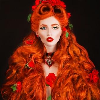 Портрет красоты. готическая женщина с красными губами с стильной прической в студии. модель рыжий красоты на черном фоне. ренессанс идеальная модель на темном фоне. готическая леди длинные рыжие волосы.