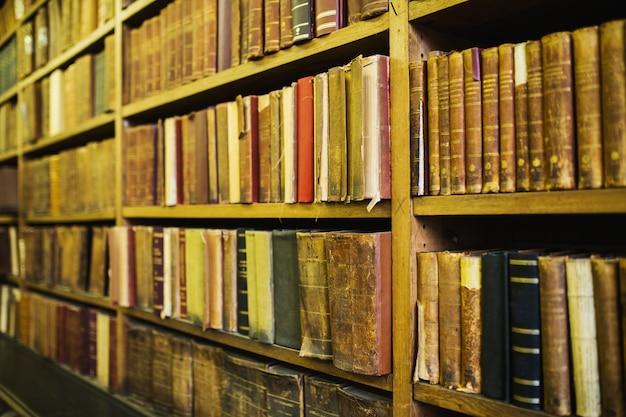 古いヴィンテージの本。知恵と知識。図書館の棚にある文学。古典文学。科学と教育。古本。レトロな背景。古代の百科事典。百科事典の知識