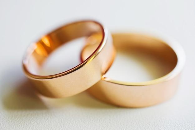 白い背景の上の結婚指輪、結婚指輪、リングの無限大記号