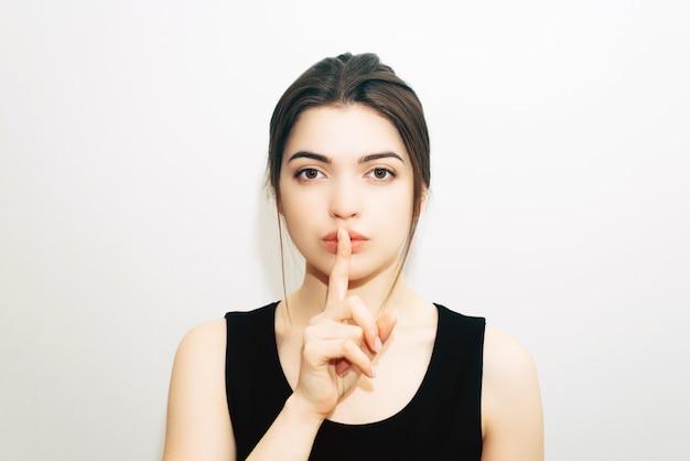 Брюнетка делает жест молчания