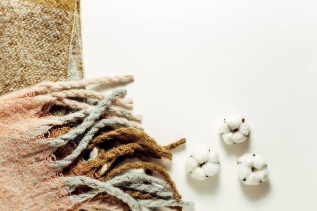 ニットスカーフと綿。暖かい冬服。トップビュー、フラットレイアウト。