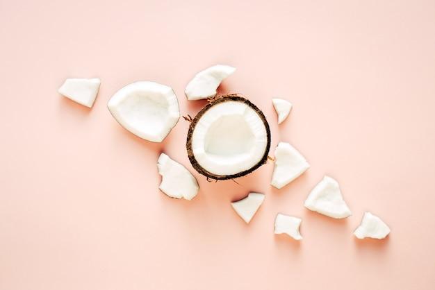 Креативный макет. квартира лежала. концепция питания. кокос на розовом фоне.