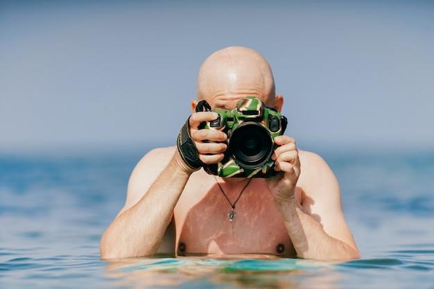 海のカメラでハゲ男