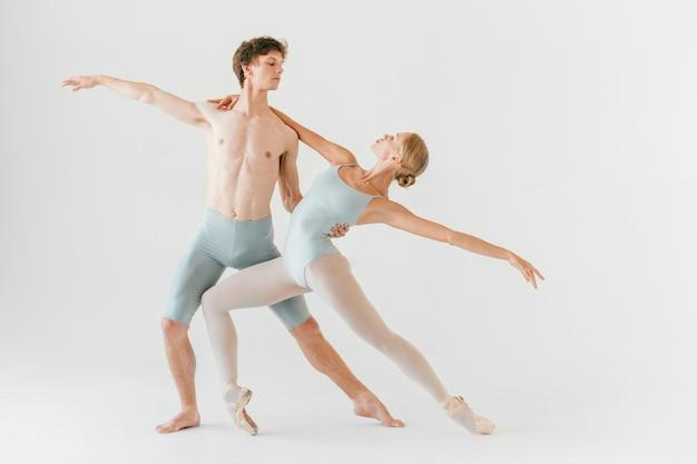 Два молодых классических танцоров балета практикующих