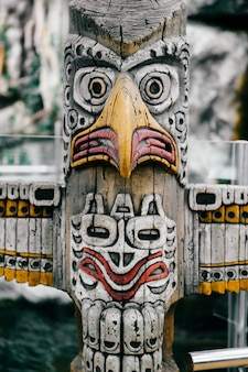 伝統的な国立インドのトーテム。トーテムポールの彫刻の芸術。マヤとアステカの象徴的な宗教的な神の顔。民族の異教の崇拝と偶像崇拝。