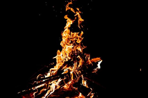 火花、炎、煙で燃えている森。奇妙な奇妙な素朴な炎のような数字。石炭と灰。自然に屋外のかがり火。