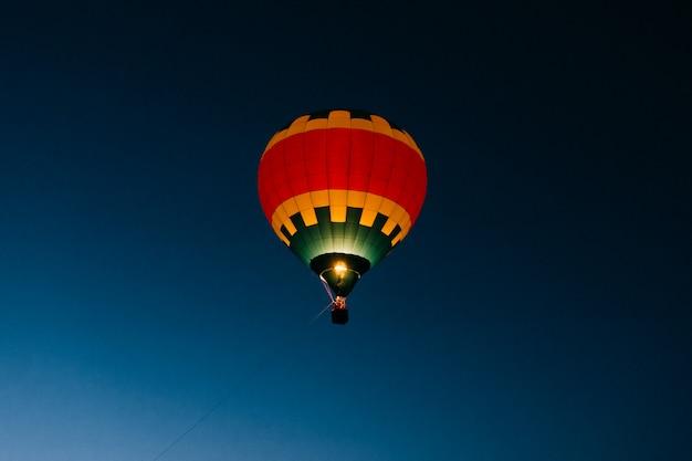 Красочный воздушный шар, плавающий в ночном небе