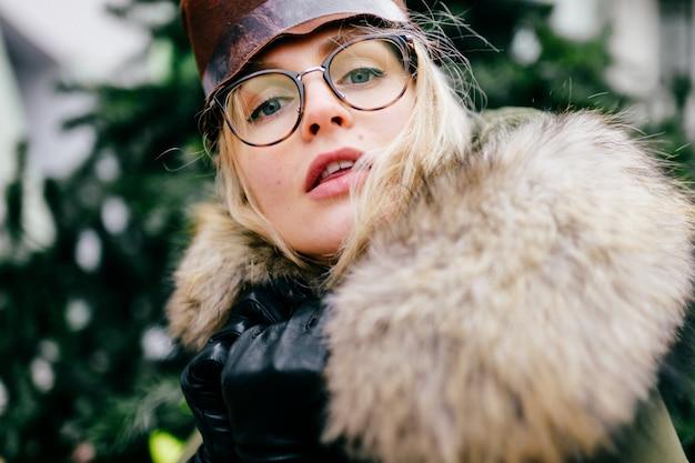 メガネと帽子の偏心女性
