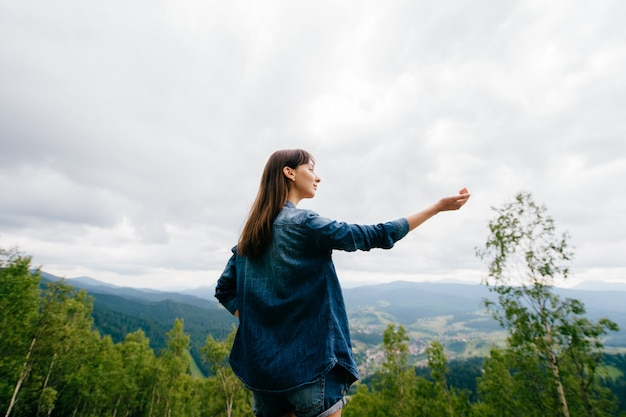 Портрет брюнетка девушка в горах летом