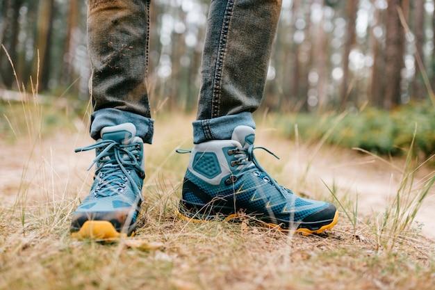 Мужские ноги носить спортивные кроссовки. мужские ножки в походных ботинках для активного отдыха